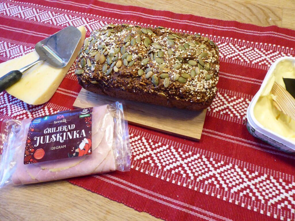 Toppa med valfria frön och nötter.