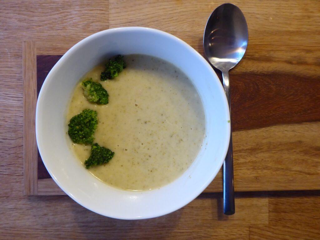 Broccolisoppa med skinkost