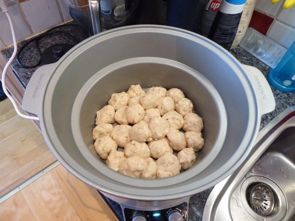 Lägg ned fiskbullarna i Crock Pot. Råa, eller brynta.