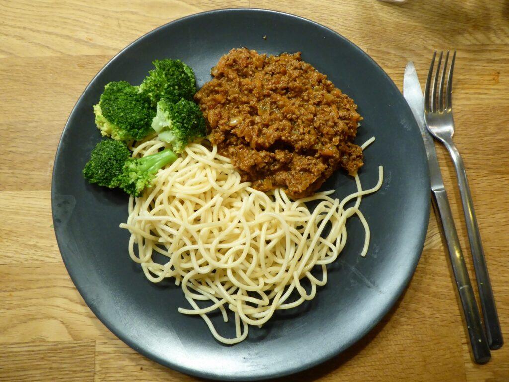 Ärtfärssås med spaghetti