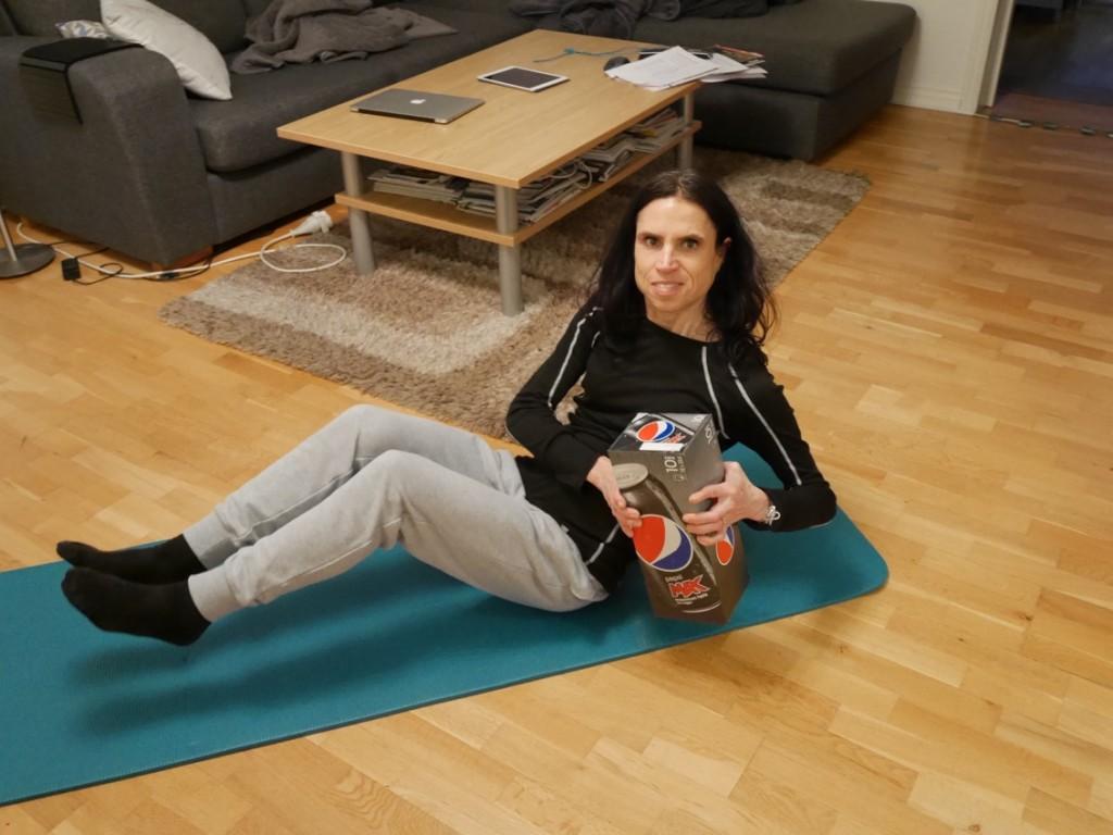 Brita gör övningar med BiB - jag gör med Pepsi Max-förpackning!