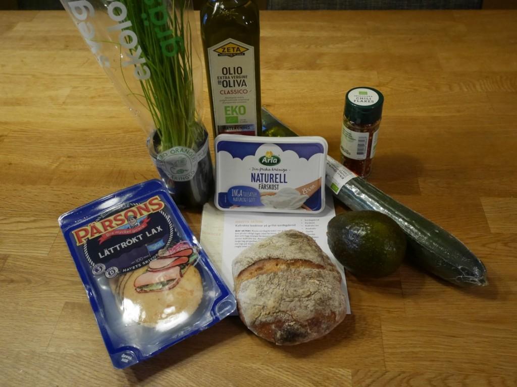 Havets skivor, surdegsbröd, färskost, avokado, gurka, olivolja, chiliflakes, gräslök.