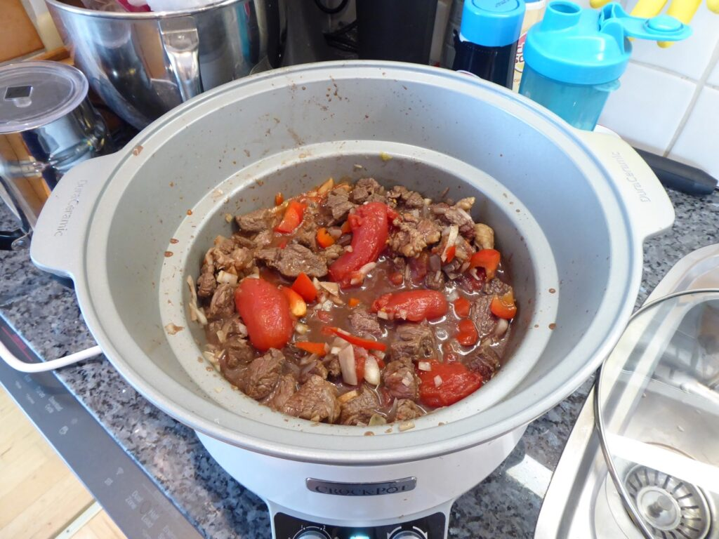 Jag lagar mina grytor i Crock Pot, men det går lika bra i en gryta på spisen.