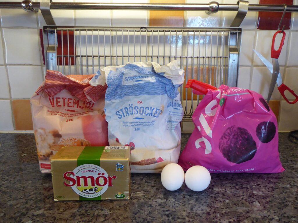 Mjöl, socker, ägg, smör och bär är allt som behövs för den mumsiga bärkakan.