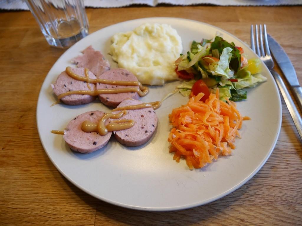 Hemgjord korv, hemgjort potatismos, färska och mjölksyrade grönsaker gör min mage superglad och frsik!