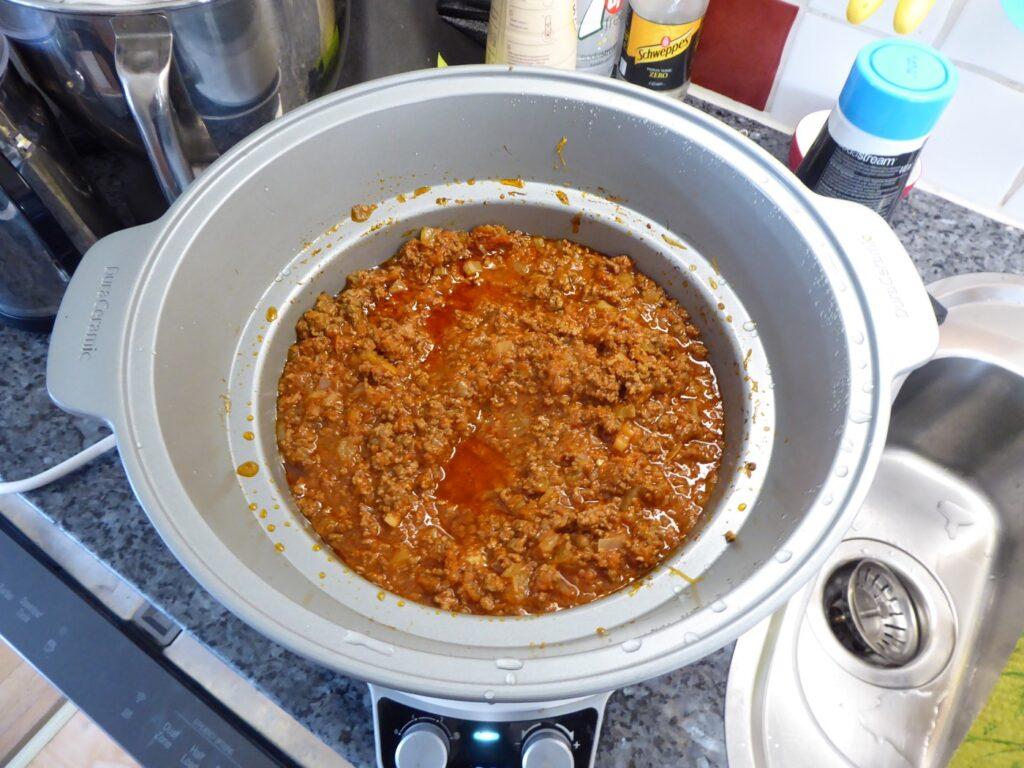 Här gör jag en fantastisk köttfärssås. Förutom en mustig sofritto som grund är knepet tid. Tiden har verkligen betydelse för smaken. Här tar jag ofta hjälp av min Crock Pot.
