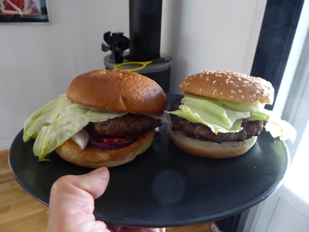 Min fredagsmiddag. En hemgjord hamburgare till vänster och entrecôteburgare till höger.