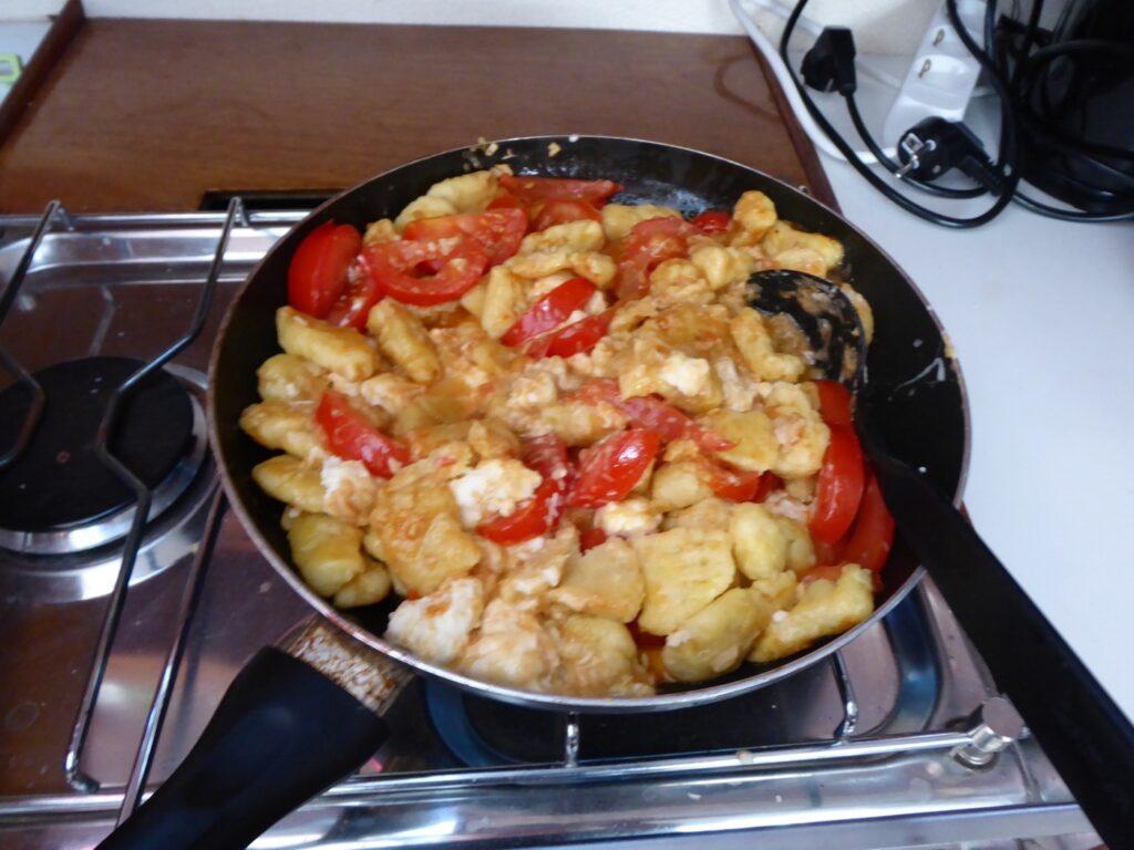 Gnocchi med färska tomater, mozzarella och salami