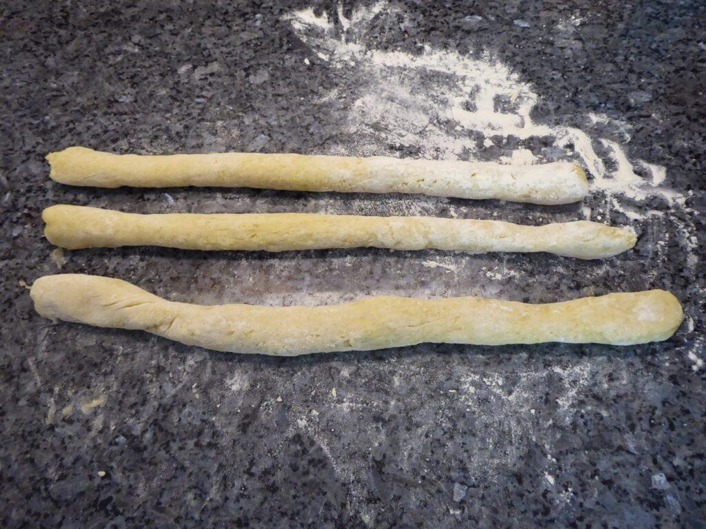 Gör 3-4 rullar och skär sedan i ca 1 cm breda bitar.
