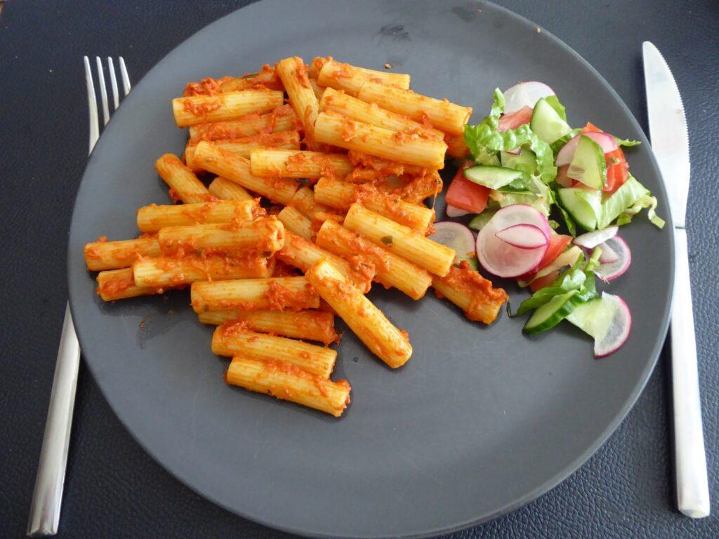 Sedani rigati i krämig tomatsås med mozzarella och basilik
