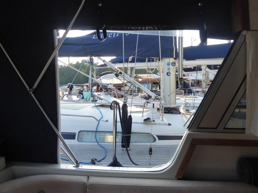 Ovanligt mycket båtar i Krokholmsviken då många sökte skydd mot vindarna.