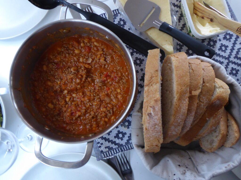 Chili con carne med bröd.