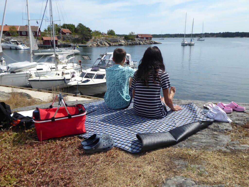 Lunchpicknick i skuggan på klipporna.