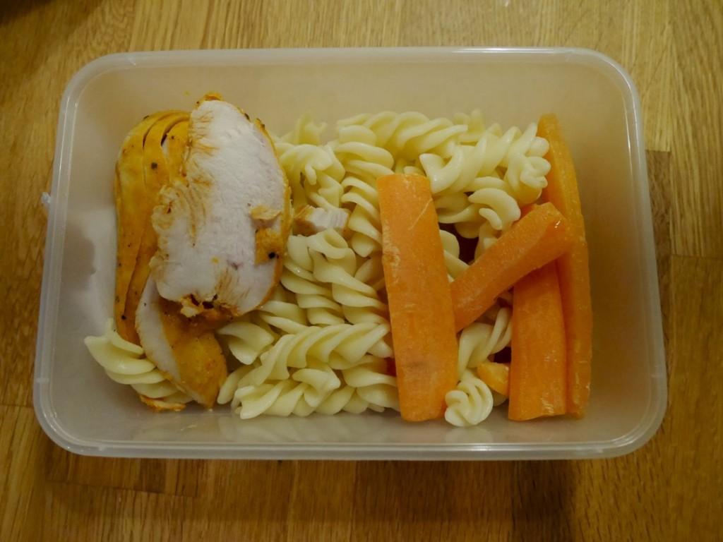 Kyckling, pasta och grönsaker.