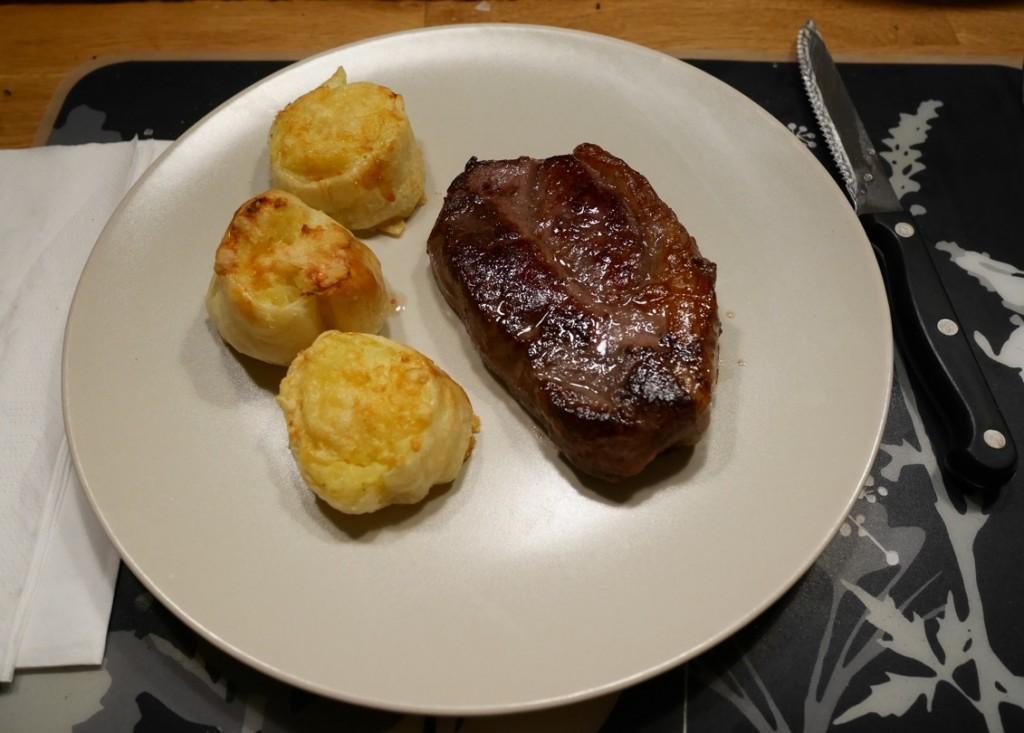 Tillbehör till tex en köttbit. En god sås och grönsaker är också givna tillbehör.