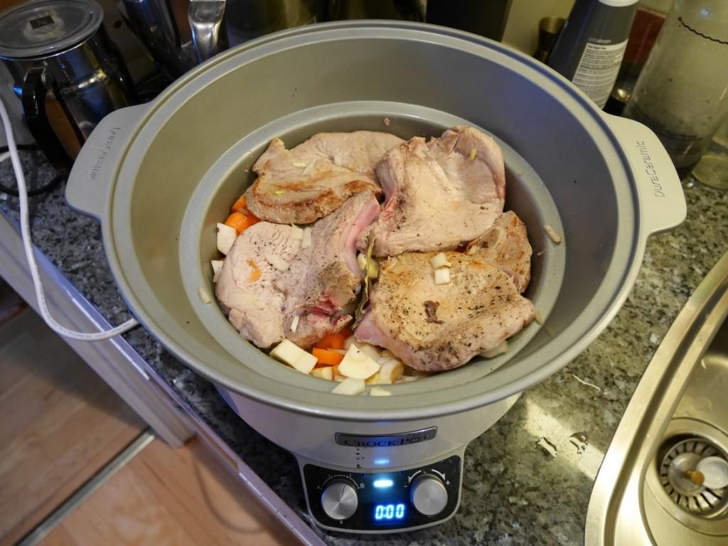 Bryn kotletterna runt om och lägg sedan ner allt i Crock Pot