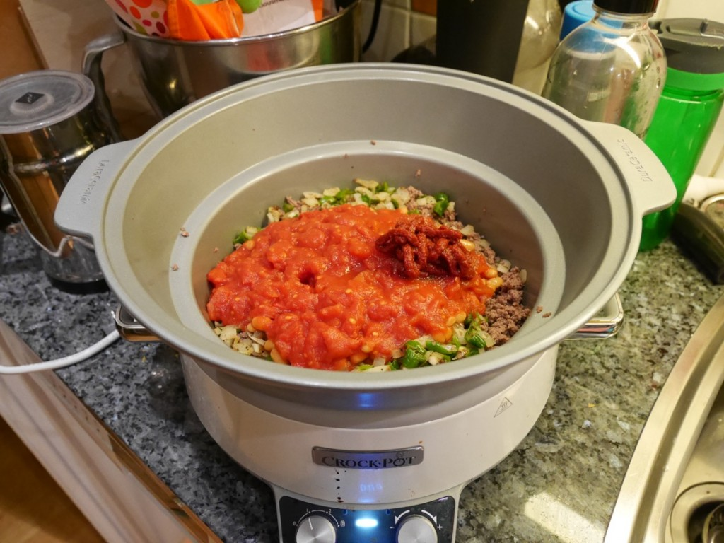 I med krossad tomat, tomatpuré och vita bönor. Krydda efter smak och tycke!