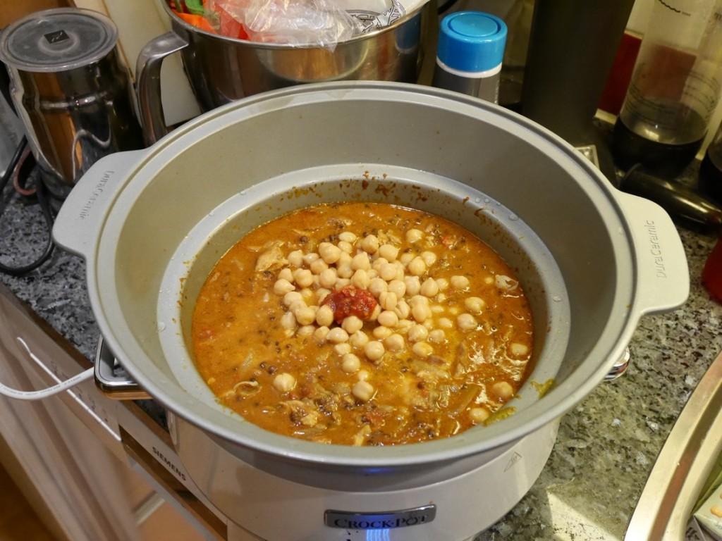 Efter tre timmar, tillsätt kikärtor, sambal, limesaft och smaka av med salt. Låt gå ytterligare en timme på hög effekt.
