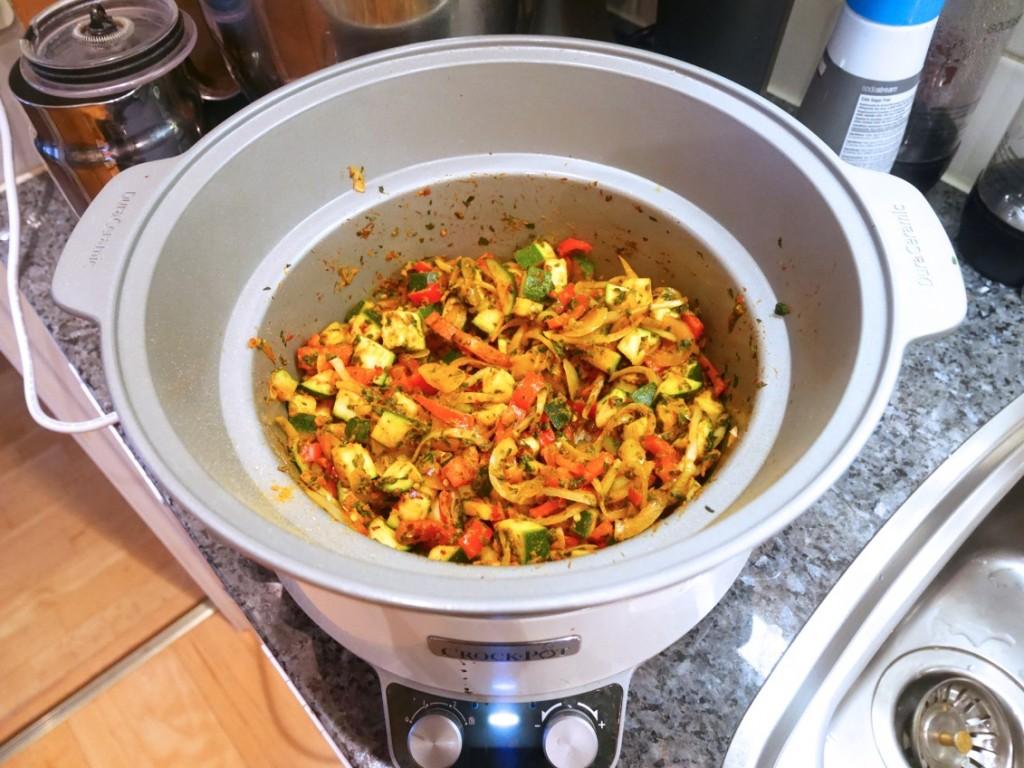 Här har jag fräst lök, vitlök, paprika och zucchini tillsammans med tomatpuré och kryddor i grytan på spisen.