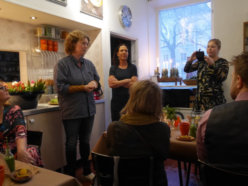 Cicci, representant från bokförlaget Semic och fotograf Bianca berättar kort om mat och bok medan vi lyckliga inbjudna får njuta av allt gott!
