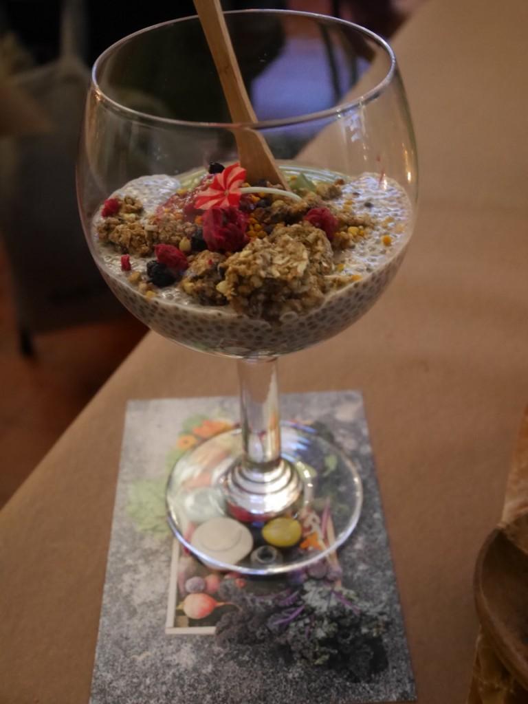 En skål Avokadoyoghurt med mandelchia hallonsylt och knaprig lakritsgranola - ja tack!