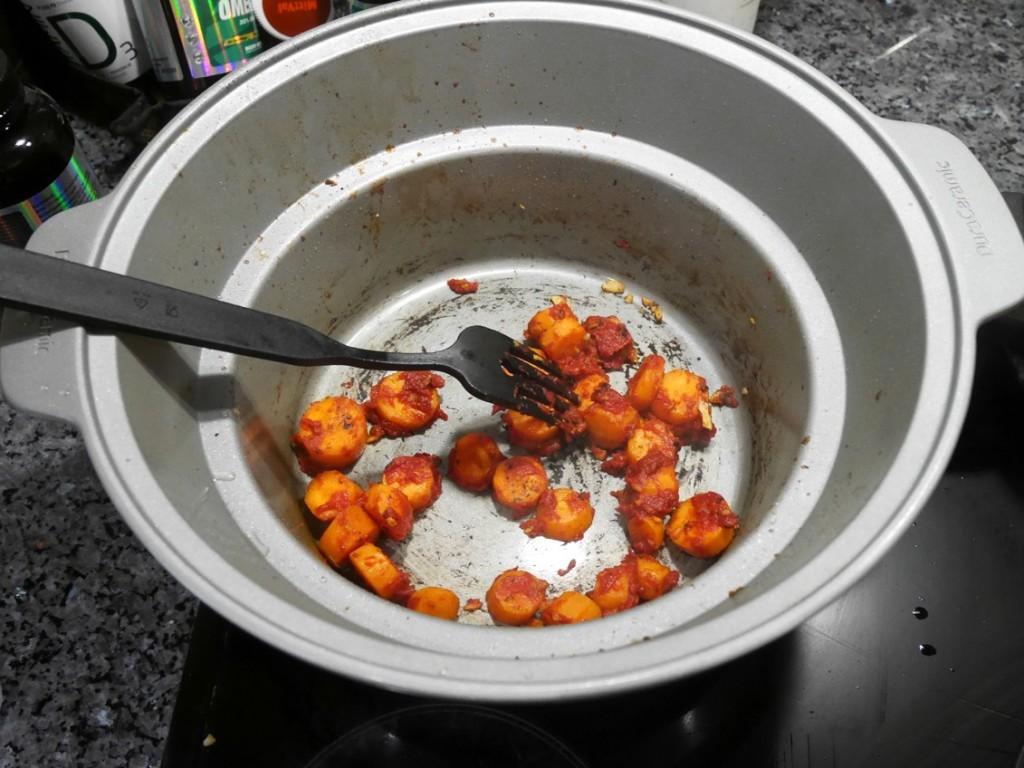 Bryn även tomatpuré några minuter för extra god smak.