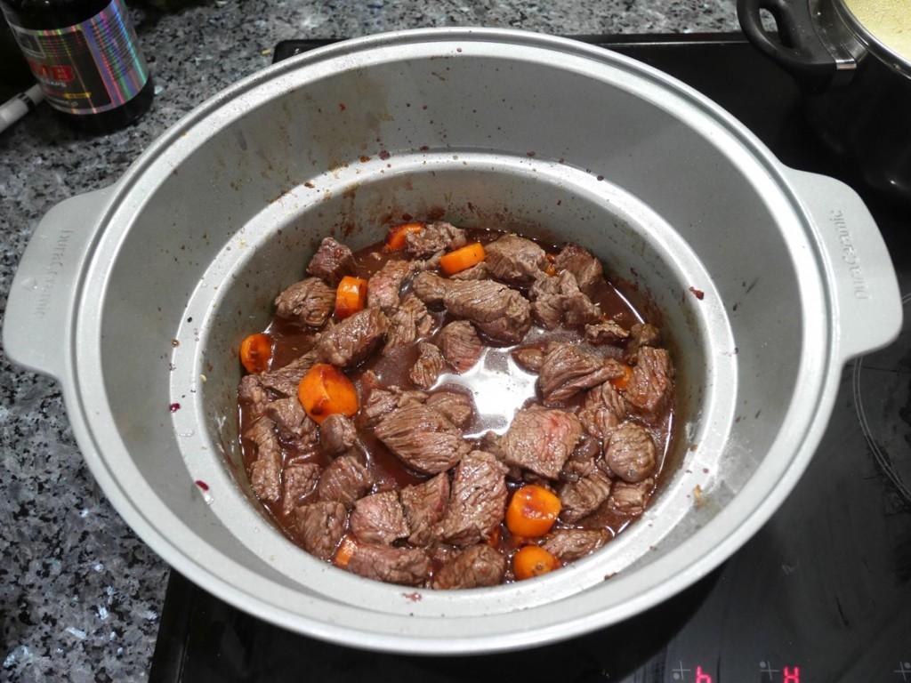 Lägg nu i allt utom svamp, bacon/fläsk och smålök och låt gå på 7 timmar låg.