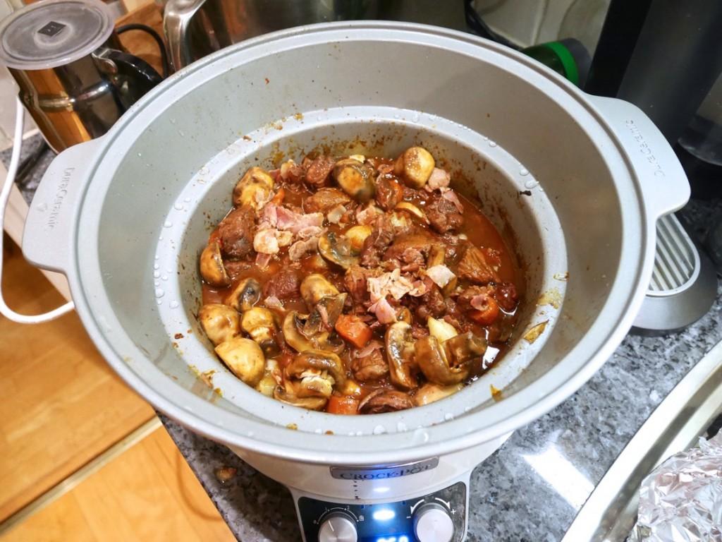 I med svamp, bacon/fläsk och smålök och låt gå ytterligare en timme på låg.