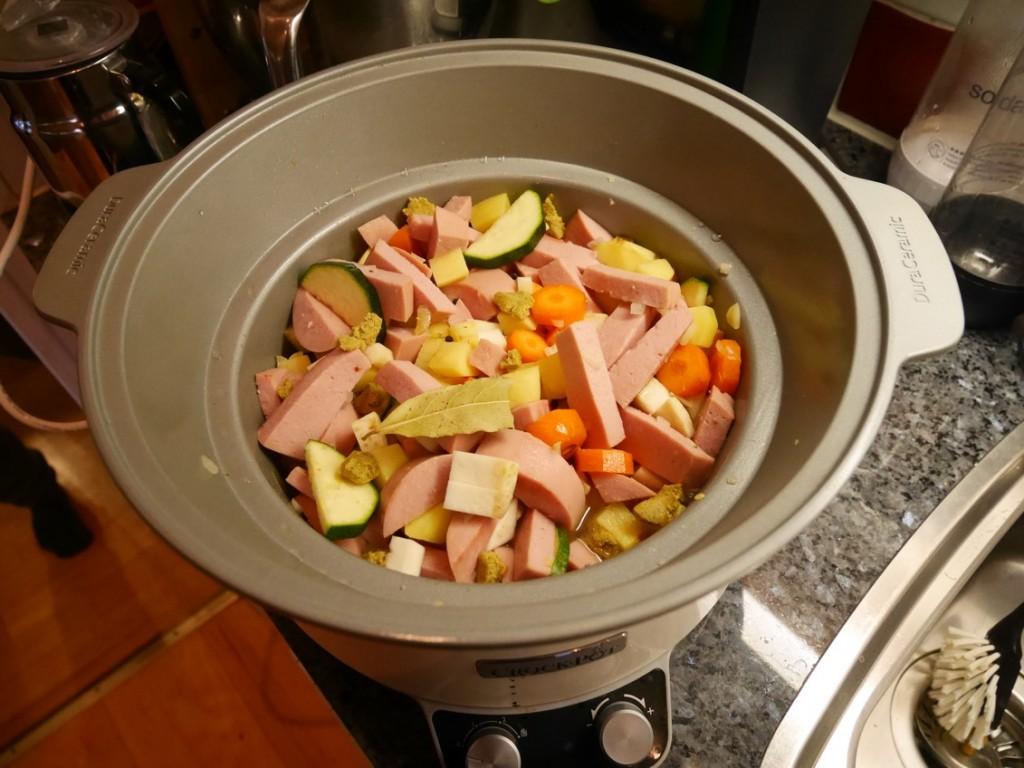 Häll på vatten, buljongtärning, kryddpeppar och lagerblad. Låt gå 3 timmar på hög värme.