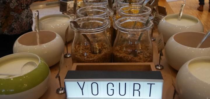 Yoghurt, flingor och toppings.
