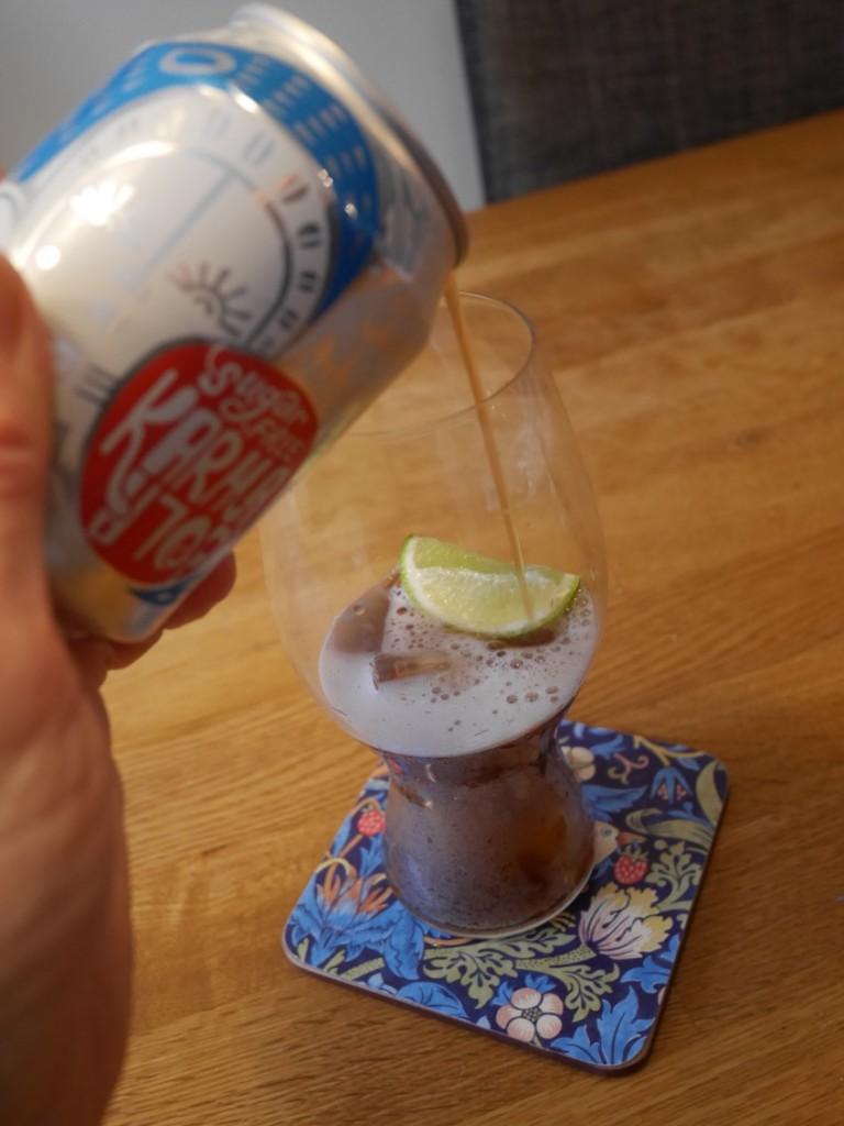 En härligt iskall Karma Cola sugerfree hälls upp i bästa Cola-glaset från RIedel