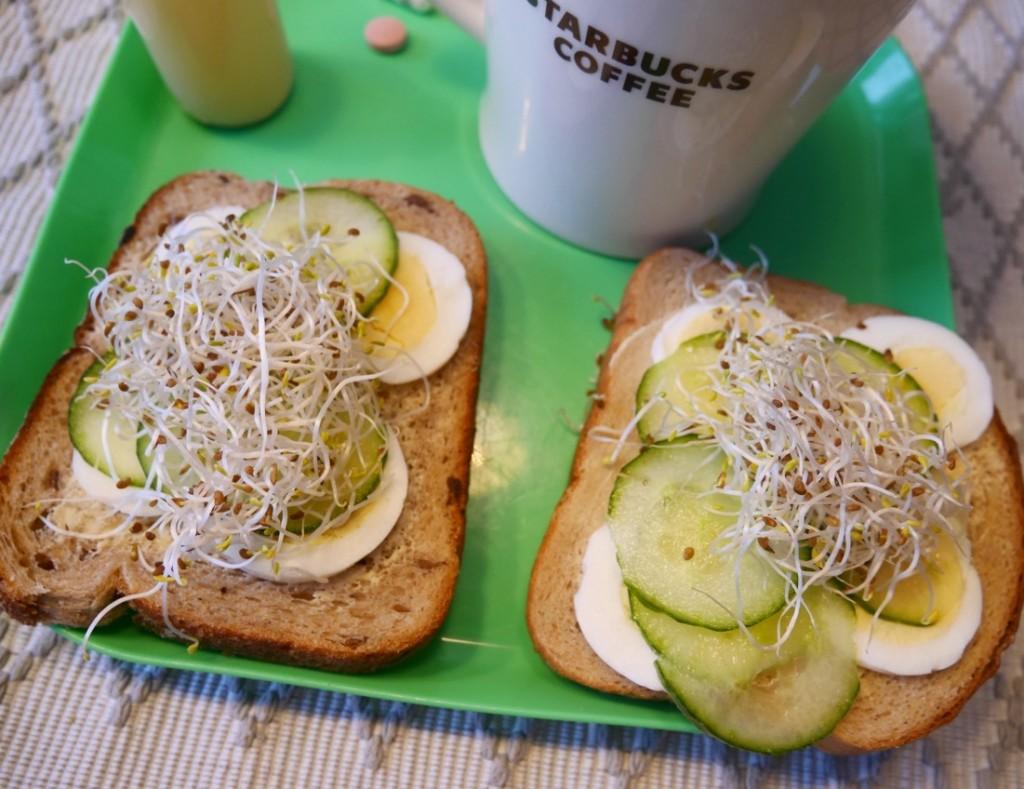 Godare frukost helt enkelt. RågLevain till vänster, Pågen limpa till höger