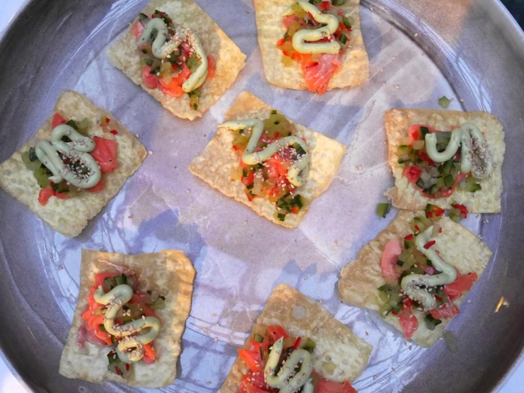 Wontontacos med confiterad regnbåge, avokadokräm, och picklad gurka & chili