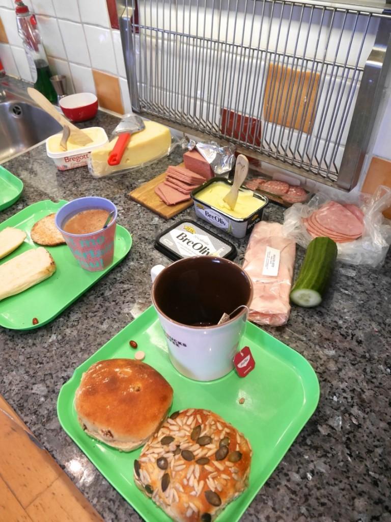 Lördagsfrukost hos familjen Sundberg ser ofta ut så här, dvs framdukad på köksbänken och bärs sedan in i vardagsrummet!