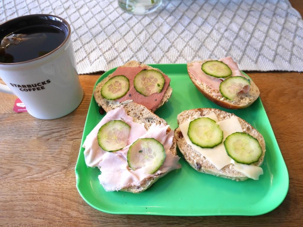 Min lördagsfrukost med frallor från Petrus bageri, BreOliv och goda pålägg. En stor kopp te såklart!