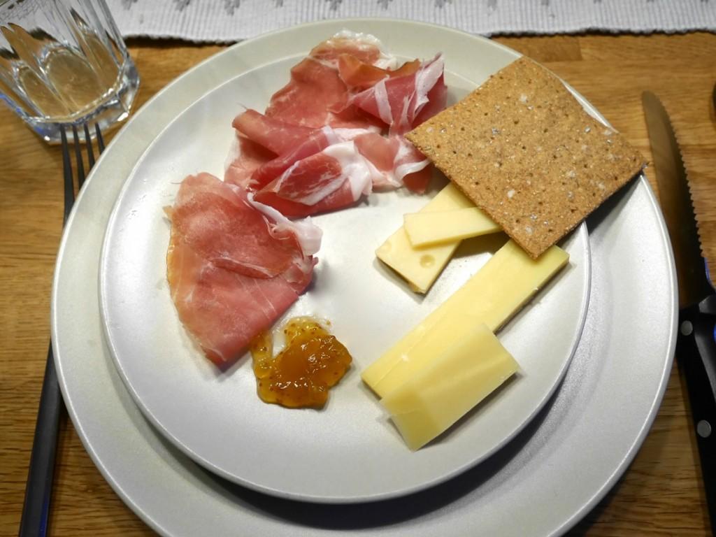 Bästa förrätten med knäcke, ostar och lufttorkad skinka.