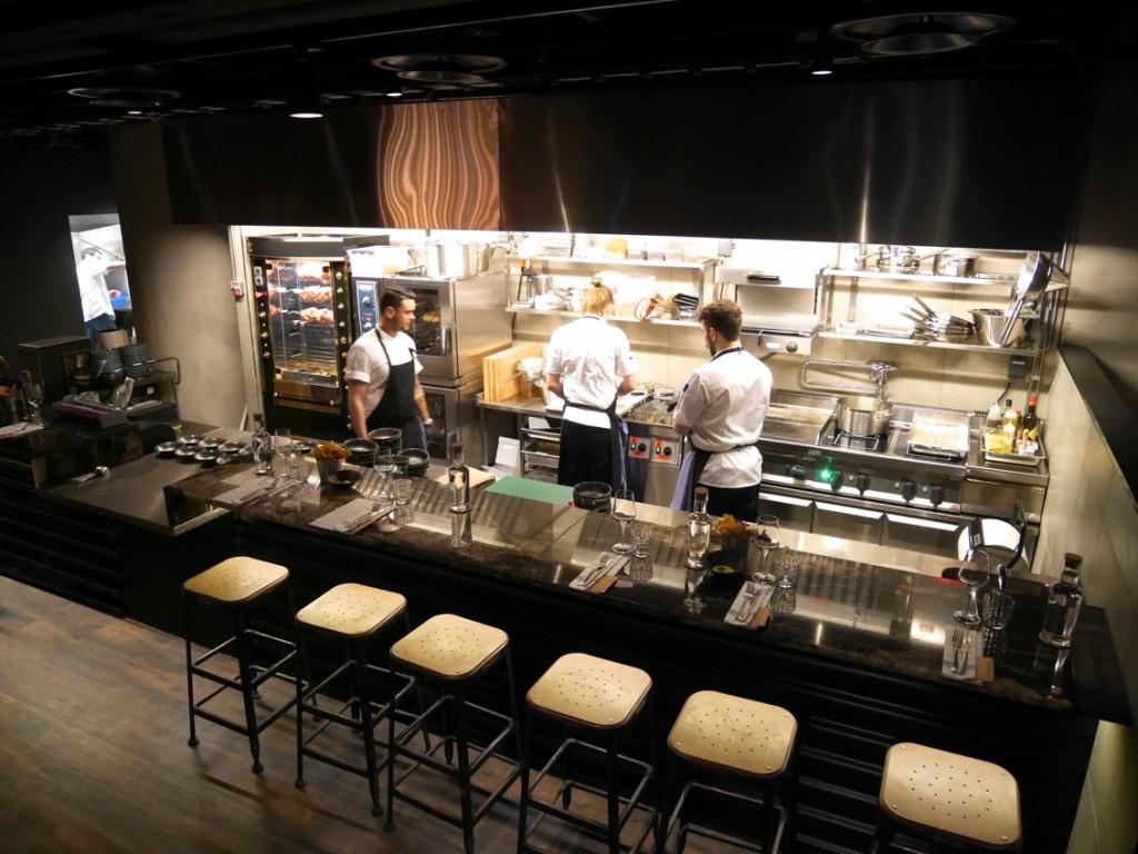 Restaurangens öppna kök med rotisserie