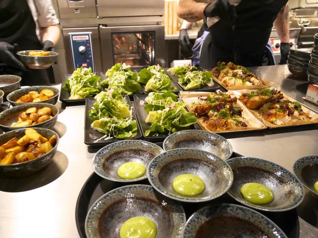 Rotisseriekyckling med krispig potatis, majskolv, kall ramslökssås och sallad.