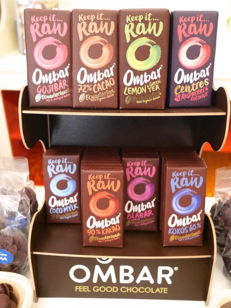 Ombar kommer en fin serie med ekologisk ecuadoriansk råchoklad. Chokladen innehåller spännande superfrukter, bär och hälsosamma bifidusbakterier. De små nyttiga chokladkakorna väger 35g och är sötade med oraffinerat kokossocker (lågt GI)
