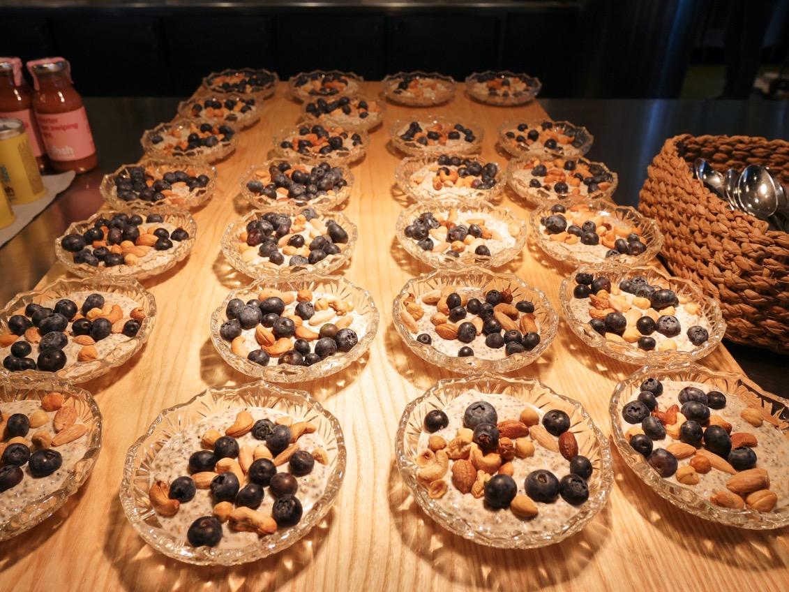 Krämig och smakrik overnight oats med nötter och blåbär.