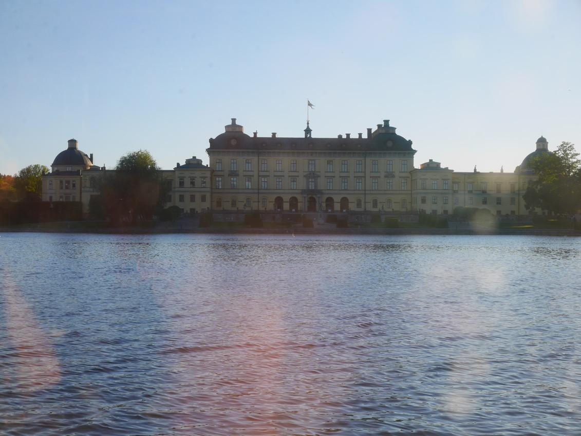 Turen går Drottningholm tur och retur.