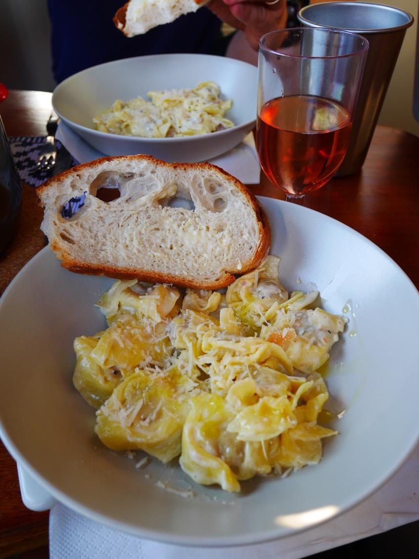 Pastan avnjöts med parmesanost, färskt bröd och grönsaker