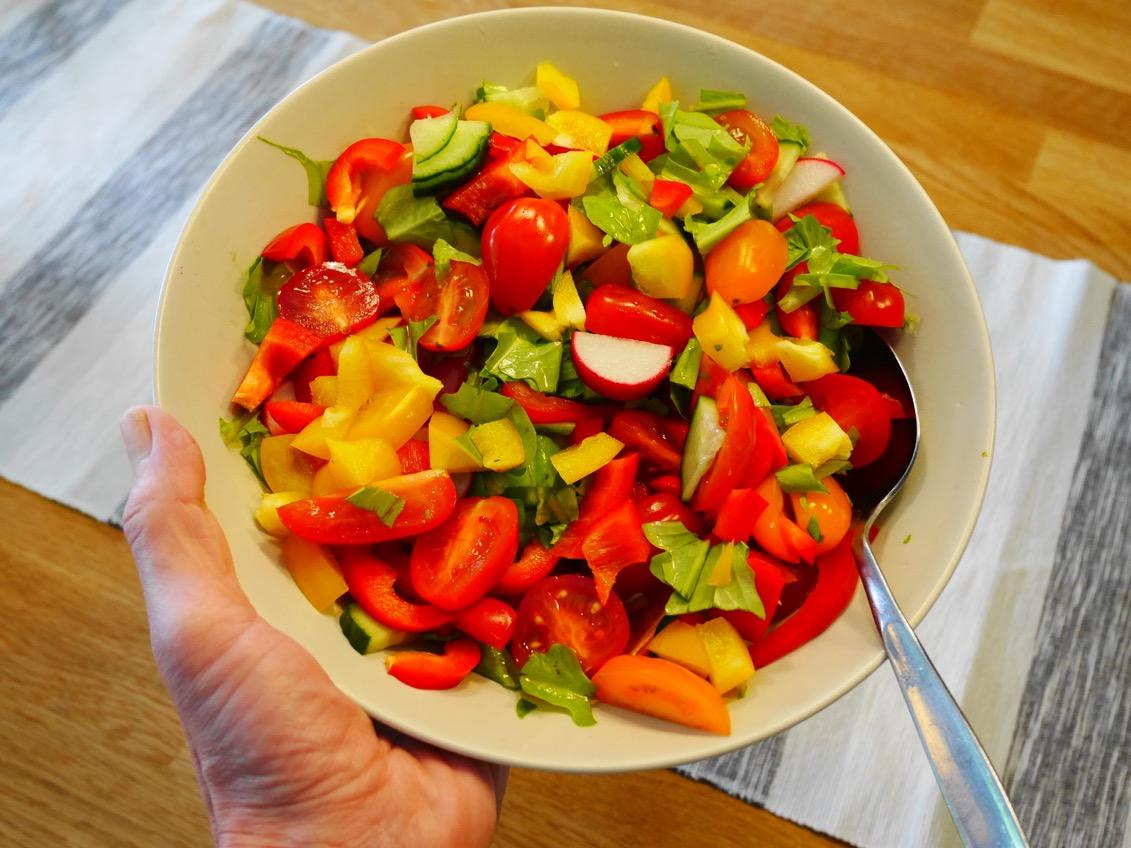 Den här underbara salladen gjorde jag när jag kom hem av grönsaker som annars skulle ha kastats.