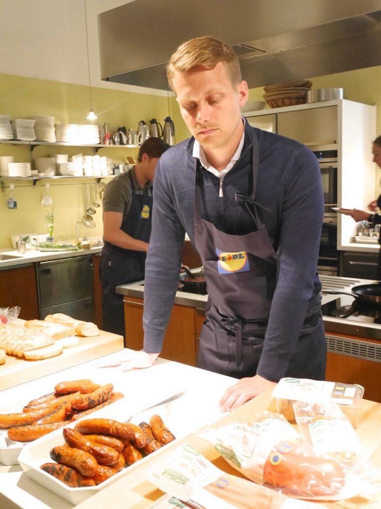 Köttansvarige Fredrik Fejne presenterar nyheterna