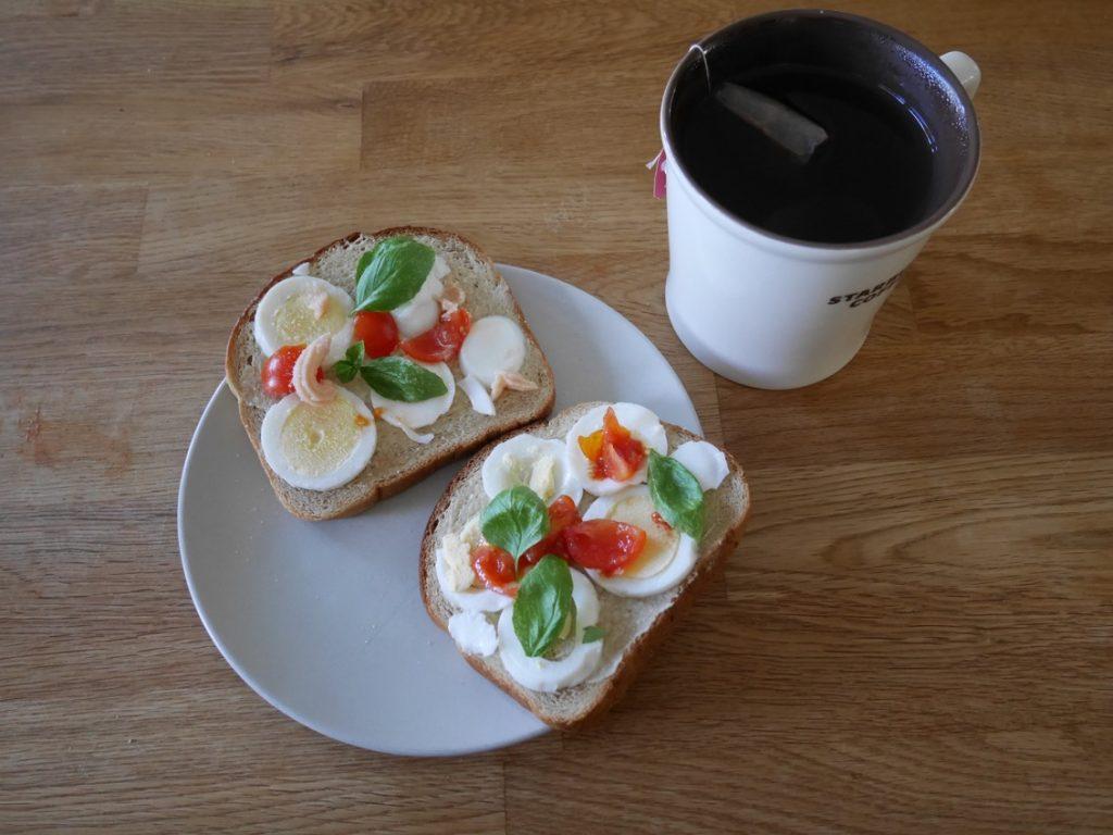 Äggsmörgås med tomat och basilika