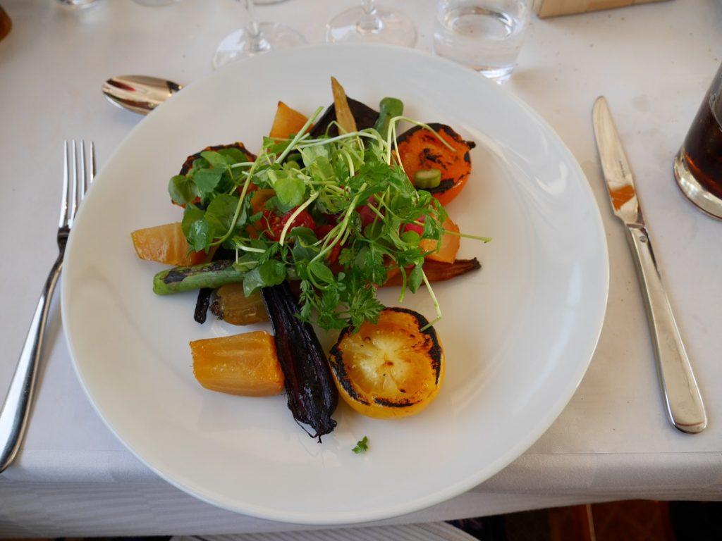 Sommarprimörer, konfiterade morötter, saltbakad gulbeta och timjanstekt persiljerot som serveras med en sommarsallad