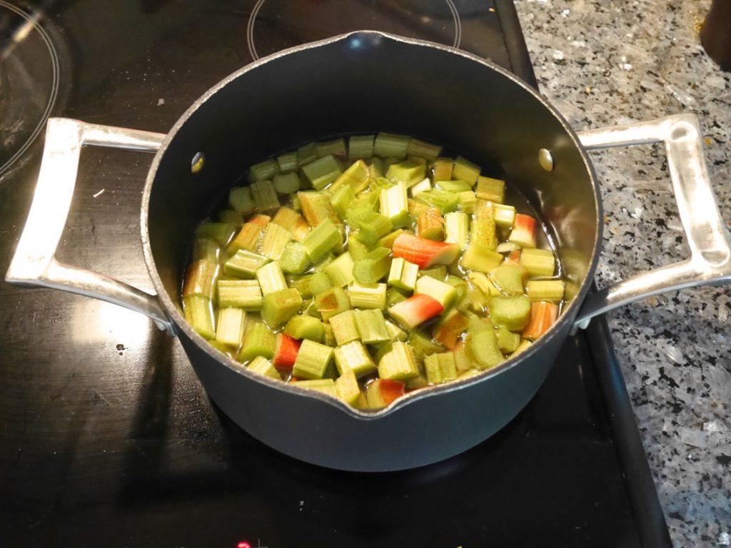 Koka upp vatten och socker och häll sedan i rabarbern