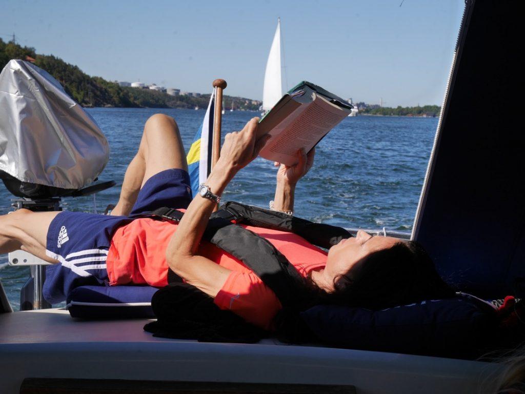 Mot naturhamn Gällnö - passar på att läsa en god bok!