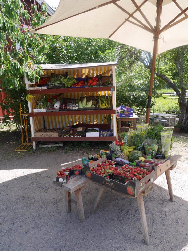 Underbara grönsaker och frukt till försäljning.