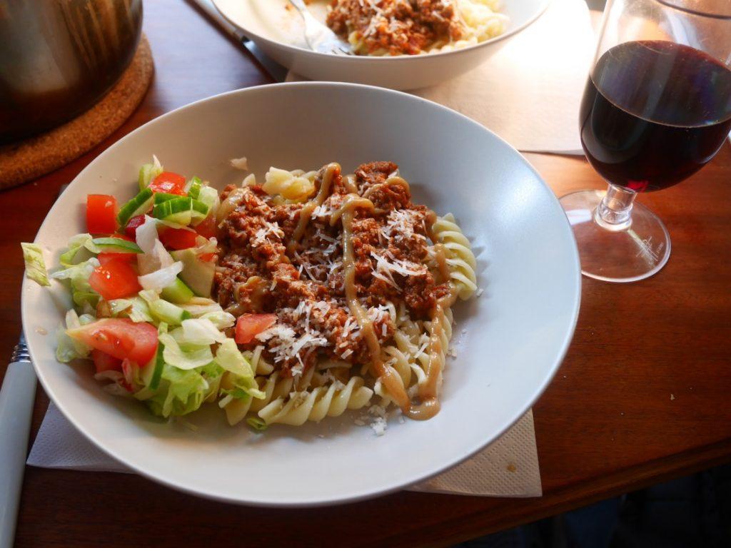 Köttfärssås och spaghetti funkar utmärkt när man inte får grilla.